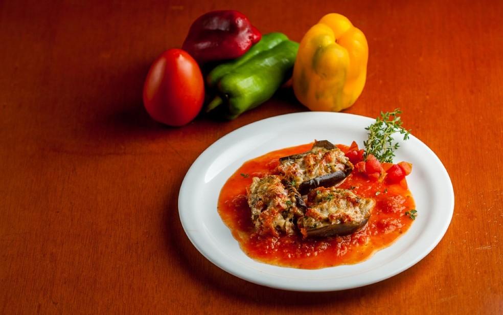 Berinjela recheada com tomates frescos, polpas das berinjelas, tomilho, manjericão, salsa, cebola, alho e queijo canastra — Foto: Paracone/Divulgação
