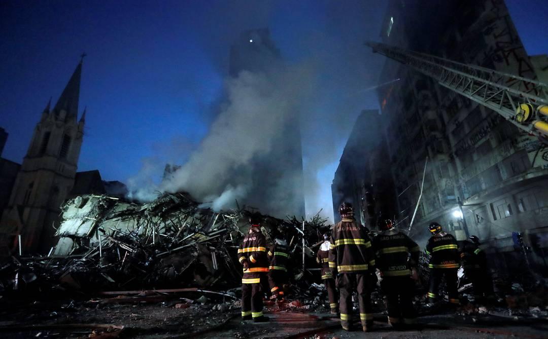 Bombeiros trabalham em escombros de prédio que desabou no Largo do Paissandu