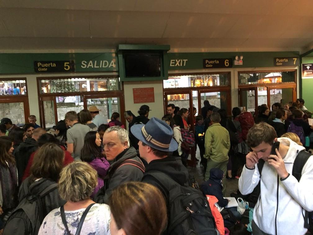 Pessoas se aglomeram em estação de trem em Machu Picchu, no Peru, após acidente ferroviário (Foto: Marcelo Carloni/TV Diário)
