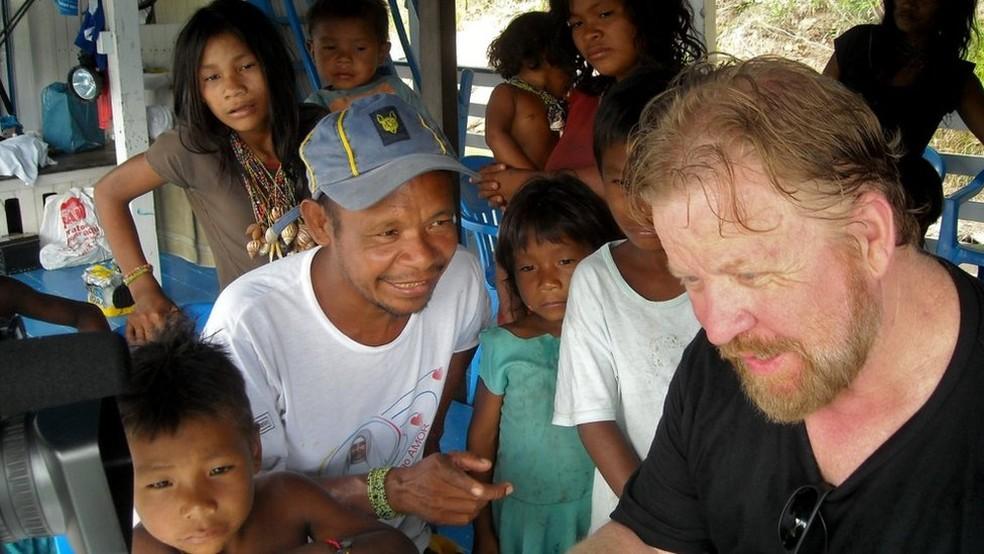 Daniel Everett com índios pirahã; 'Aprendi sobre uma autoconfiança que eles têm de poder lidar com seu meio ambiente, e a felicidade que essa confiança traz para eles' — Foto: Arquivo pessoal
