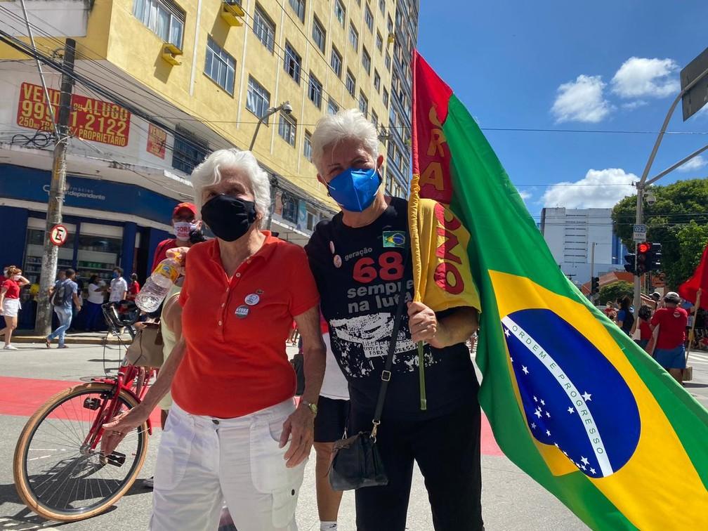 Com bandeira do Brasil, manifestantes lembram geração de 1968, em manifestação contra Bolsonaro, no Recife, neste sábado (24) — Foto: Priscilla Aguiar/G1