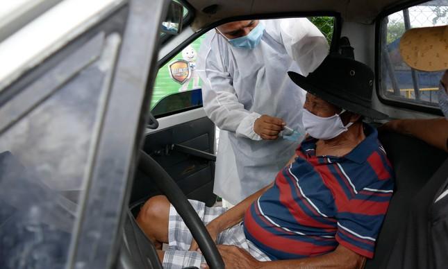 Idoso é vacinado no Clube do Trabalhador, em Manaus, com o imunizante da AstraZeneca/Oxford