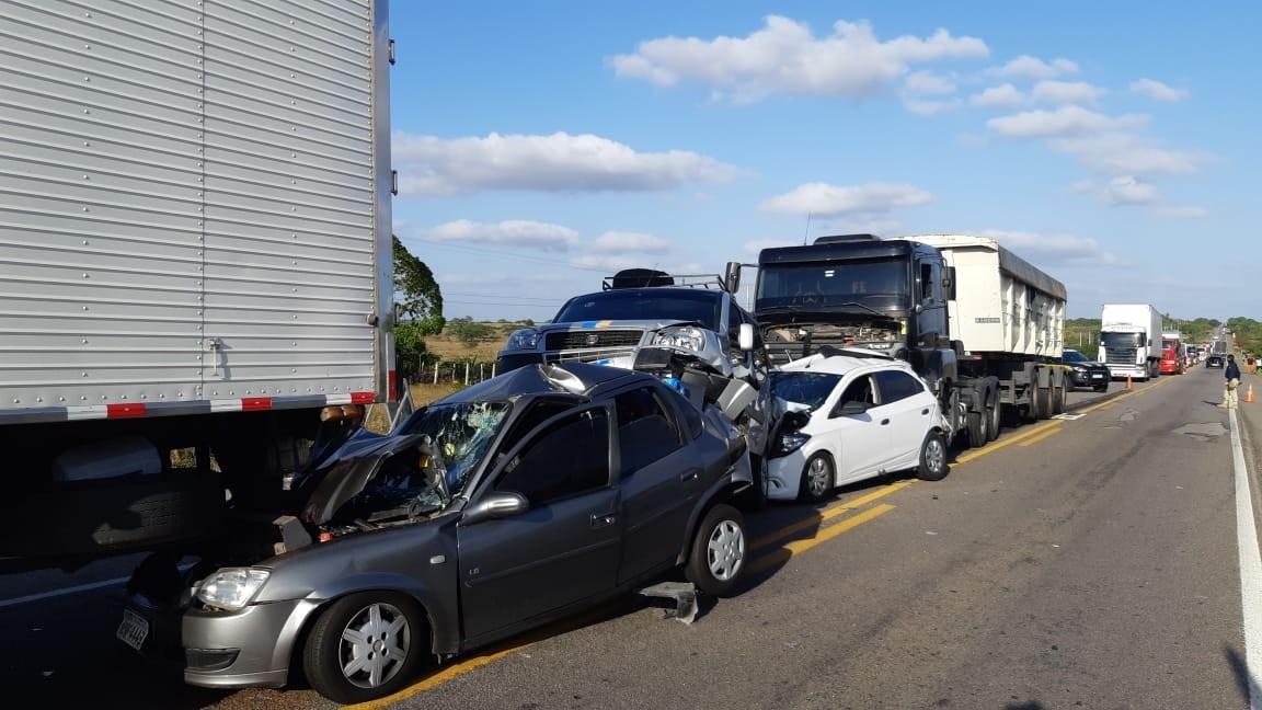 Quatro carros e dois caminhões se envolvem em engavetamento na BR-304, no RN