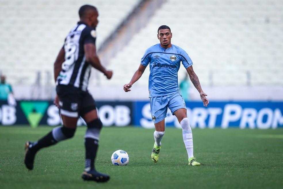 Ruan esteve envolvido em lance do segundo gol do Vozão — Foto: Lucas Uebel/Grêmio