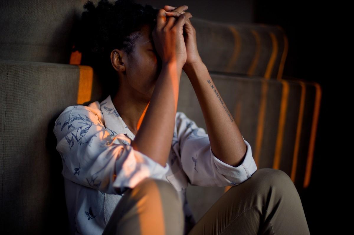 Como o estado emocional afeta nosso comportamento em relação ao sofrimento alheio