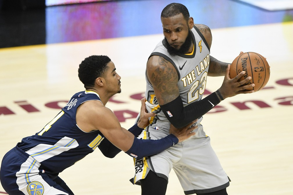 867a1cfe7 ... LeBron James protege a bola do marcador — Foto  David Richard-USA TODAY  Sports