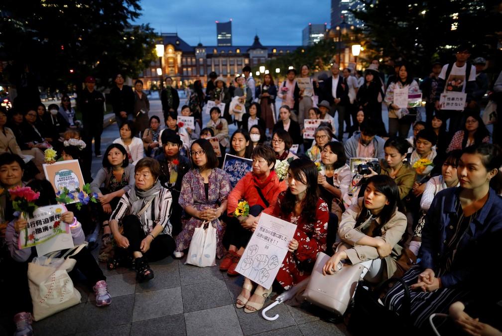 """Manifestantes se reuniram na """"Demonstração das Flores"""" em Tóquio nesta terça-feira (11) para protestar contra as leis antiestupro do Japão. — Foto: Issei Kato/Reuters"""