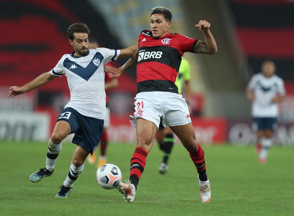 Pedro e Bouzat - Flamengo x Vélez Sarsfield - Libertadores 2021 — Foto: Staff Images/Conmebol