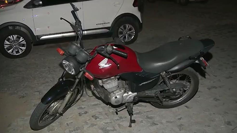 Moto roubada foi recuperada pelo policial militar de férias (Foto: Reprodução/TV Cabo Branco)