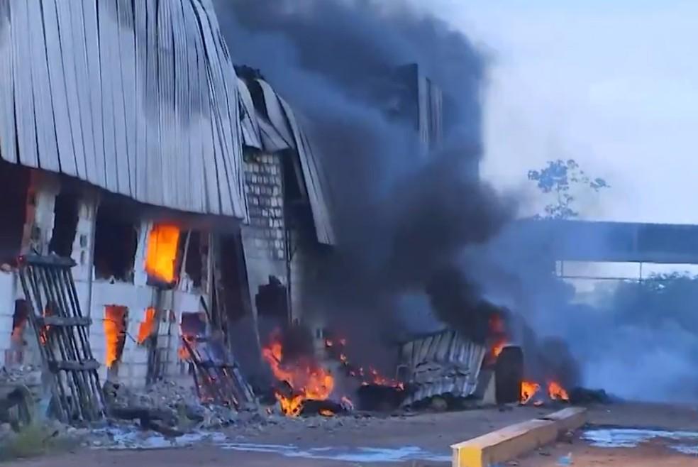 Incêndio em fábrica começou na madrugada desta sexta — Foto: Reprodução/TV Bahia