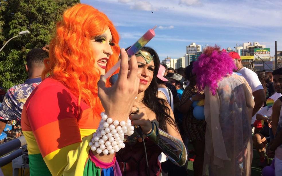 Drag queen mostra seringa colorida em referência à 'cura gay', durante parada LGBTI no DF (Foto: Michel Platini/Arquivo pessoal)