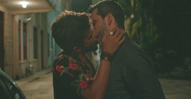 Kelner Macêdo fala de beijo em 'Sob Pressão' dado pelos personagens Kleber e Décio  - Noticias