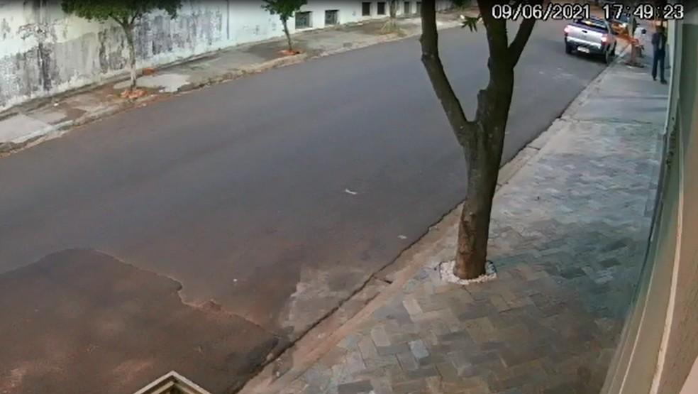 Câmeras mostram chegada do suspeito na casa onde ocorreu o crime na última quarta-feira (9) — Foto: Circuito de Segurança
