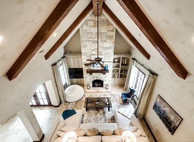 Os tons de cinza claro na construção deixam a casa mais iluminada (Foto: Christie's International Real Estate/ Reprodução)