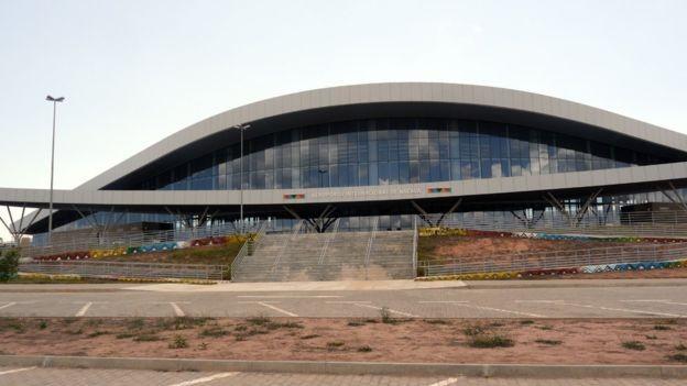 Fachada do Aeroporto Internacional de Nacala, em Moçambique, no final de 2017; obra foi financiada pelo BNDES, mas Moçambique parou de pagar (Foto: Amanda Rossi/BBC News Brasil)