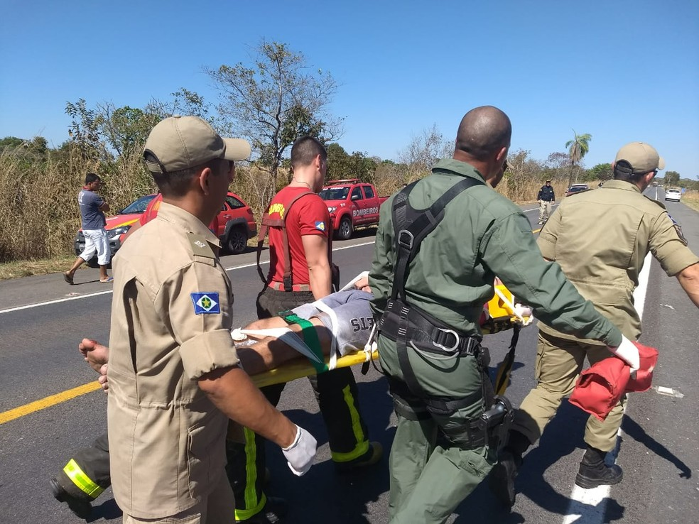Equipes de resgate prestando socorro à vítima (Foto: Corpo de Bombeiros-MT/ Assessoria)