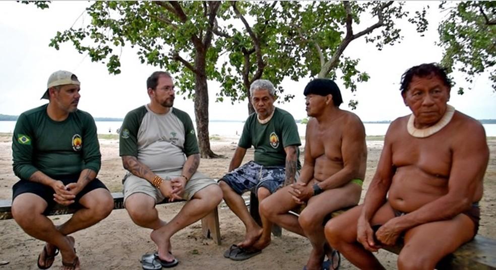 Os servidores da Funai [de verde], Eduardo Ribeiro e Otávio Moura, conversam com Rogério Cunha e o cacique Kotok, da aldeia Kamaiurá — Foto: ICMBio
