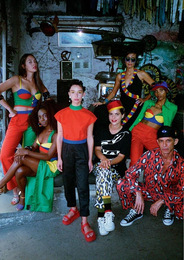A partir da esquerda, Francesca Alterio, Dona Lanôr, Francisca Capeto, Alix Duvernoy, Anna Dantes (de vestido), Gabriela Silva e Cabelo (Foto: Tinko Czetwertynski)
