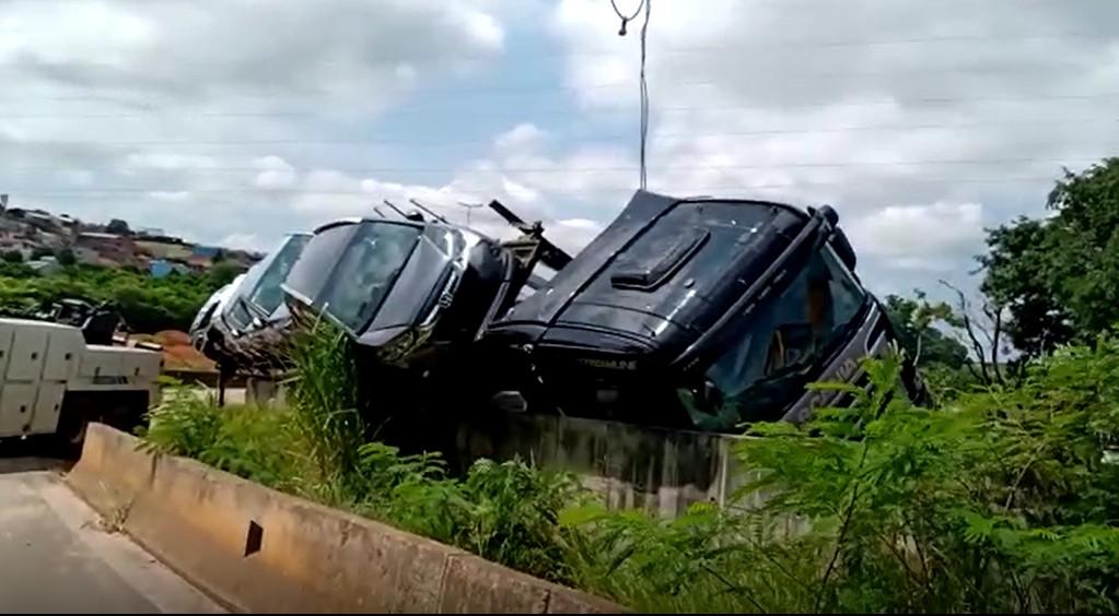 Caminhão-cegonha tomba e interdita faixa de estrada em Sumaré, SP