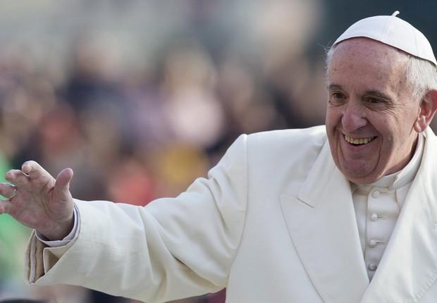 O papa Francisco chega para realizar a benção geral dos fieis na praça São Pedro, no Vaticano (Foto: Claudio Peri/EFE)