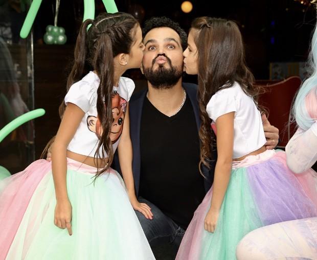 Luciano Camargo com as filhas, Isabella e Helena (Foto: Manuela Scarpa/Brazil News)