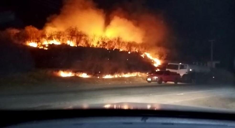 Incêndio atinge área de vegetação em Orós, no interior do Ceará.  — Foto: Arquivo pessoal