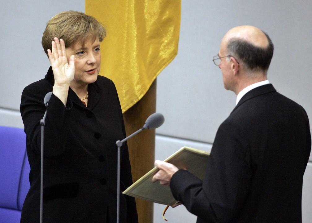 Em 22 de novembro de 2005, a recém-eleita Merkel faz o juramento do cargo de chanceler no Parlamento alemão, em Berlim. — Foto: Fritz Reiss/AP