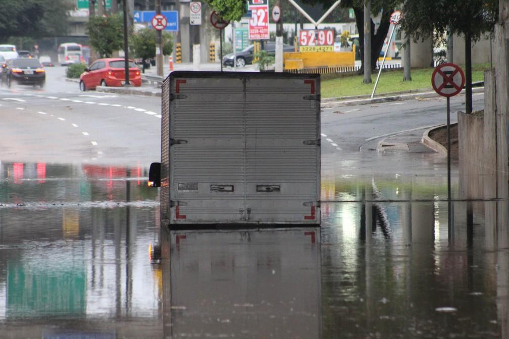 Alagamento provocou interdição da Marginal Tietê, na altura da Ponte das Bandeiras, na manhã desta sexta (5) — Foto: Willian Moreira/Estadão Conteúdo