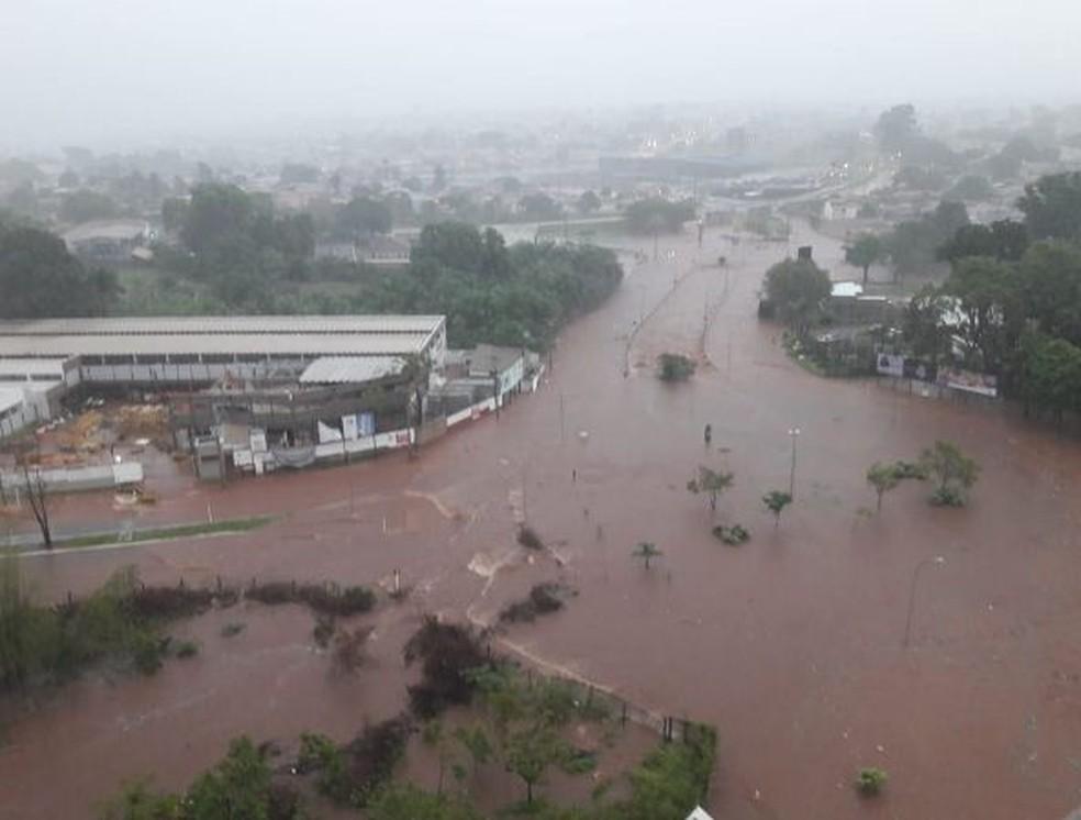 Região da Via Park ficou completamente alagada com o temporal  — Foto: Brenda Machado/Arquivo Pessoal