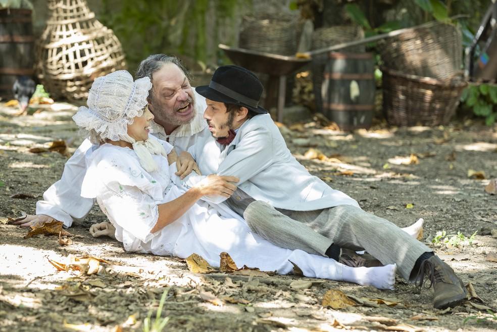 Lota (Paula Cohen) e Batista (Ernani Moraes) puxam Nelio (João Pedro Zappa) pela orelha — Foto: Globo/Fabio Rocha