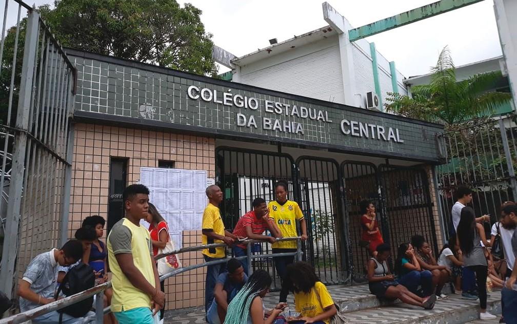 Estudantes aguardavam abertura dos portões no Colégio Central, em Salvador — Foto: Alan Oliveira/ G1