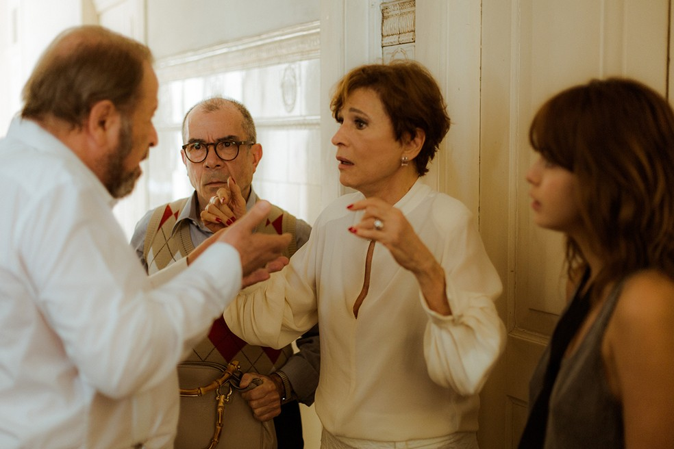 Mas a mãe de Alice e Nanda desaba quando recebe a notícia que Arnaldo morreu (Foto: Raphael Dias/Gshow)