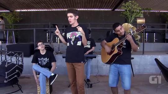 Jovens autistas da banda Timeout sobem ao palco do Brasília Capital Moto Week