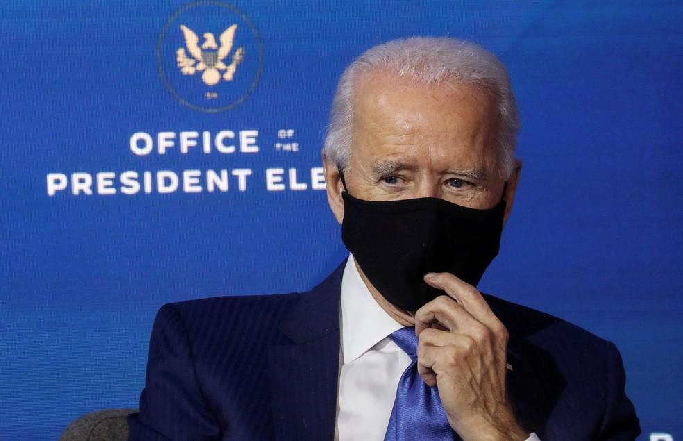 Joe Biden, presidente eleito dos EUA, usa máscara em evento da equipe de transição em Wilmington em 1º de dezembro — Foto: Leah Millis/Reuters