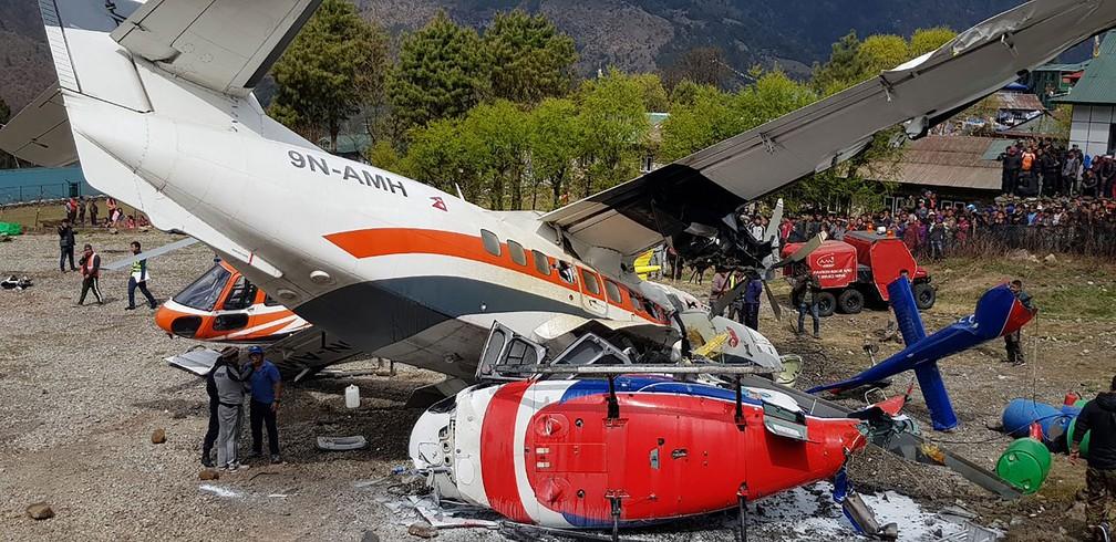 Aeronave que ia para Katmandu bateu em helicóptero que estava parado no aeroporto de Lukla, no Nepal, na manhã deste domingo (14)  — Foto: Ang Tashi Sherpa / AFP