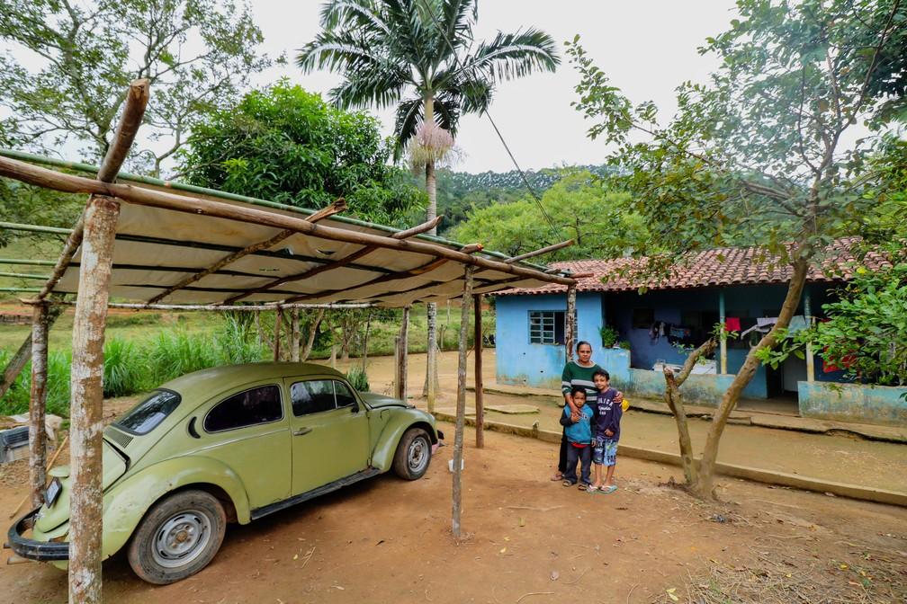 Silvana, Pedro e o filho caçula da família, de três anos — Foto: Danilo Sardinha/G1