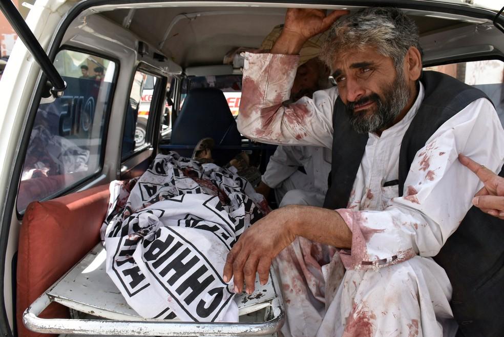 Homem chora morte de parente em atentado com bomba em Quetta, no Paquistão, nesta quarta-feira (25) (Foto: Naseer Ahmed/ Reuters)