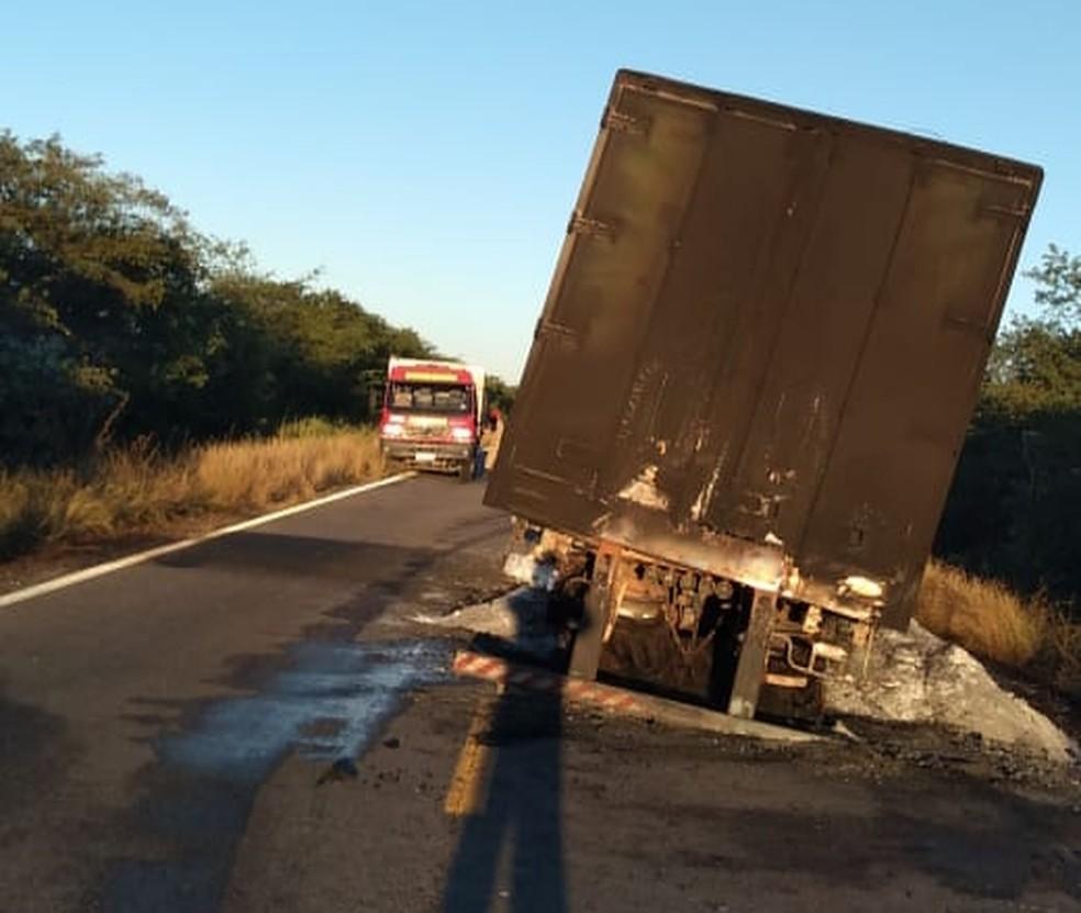 Caminhão pegou fogo na BR-405, no Alto Oeste potiguar — Foto: Divulgação/CBMRN