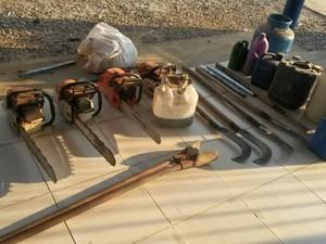 Equipamentos usados no desmate foram apreendidos pela PM (Foto: Jaru Online/Reprodução)