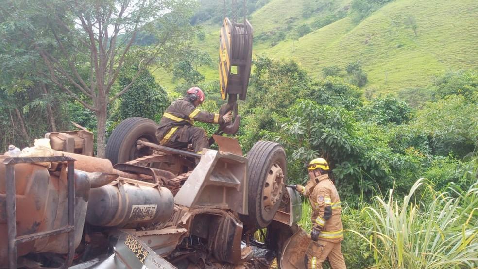 Caminhão foi içado por cerca de 2 metros de altura para que o corpo da vítima fosse retirado na LMG-758 — Foto: Corpo de Bombeiros/Divulgação