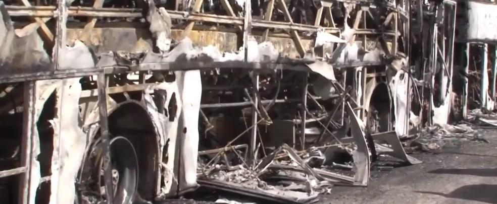 Ônibus da banda Os Clones do Brasil e do cantor Zezé Júnior são incendiados em Feira de Santana — Foto:  Reprodução/TV Subaé