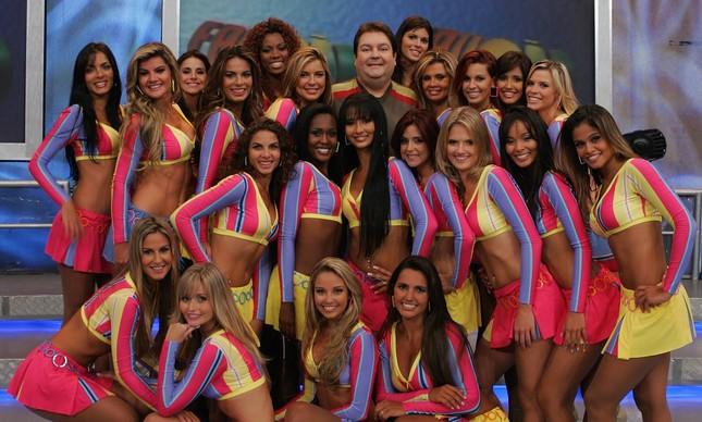 O apresentador, em 2007, entre a equipe de dançarinas do Faustão