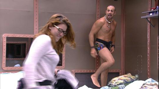 Kaysar e Ana Clara fazem guerra de travesseiros