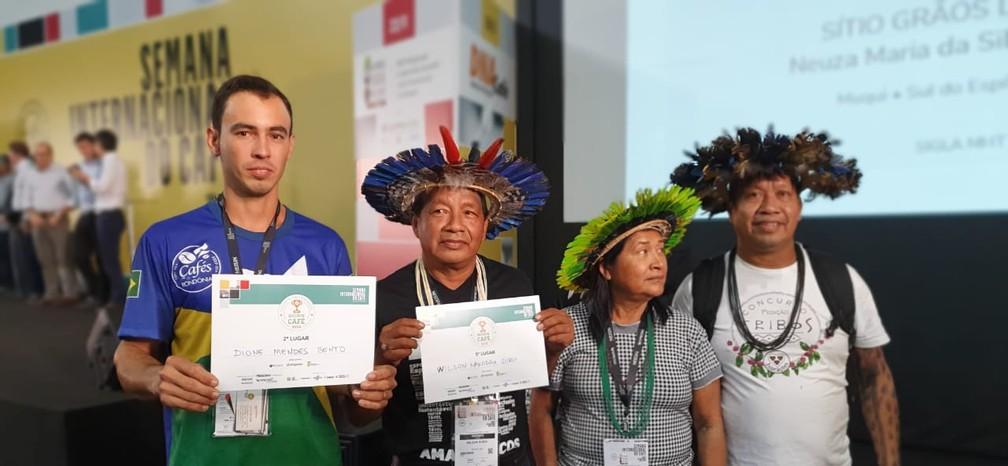 Dione Mendes Bento e Wilson Nakodah Suruí foram premiados na Semana Internacional de Café, em Minas Gerais.  — Foto: Renata Silva/Embrapa-RO