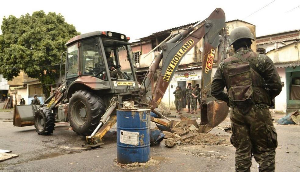 Forças Armadas fazem nova ação na comunidade Vila Kennedy, no Rio
