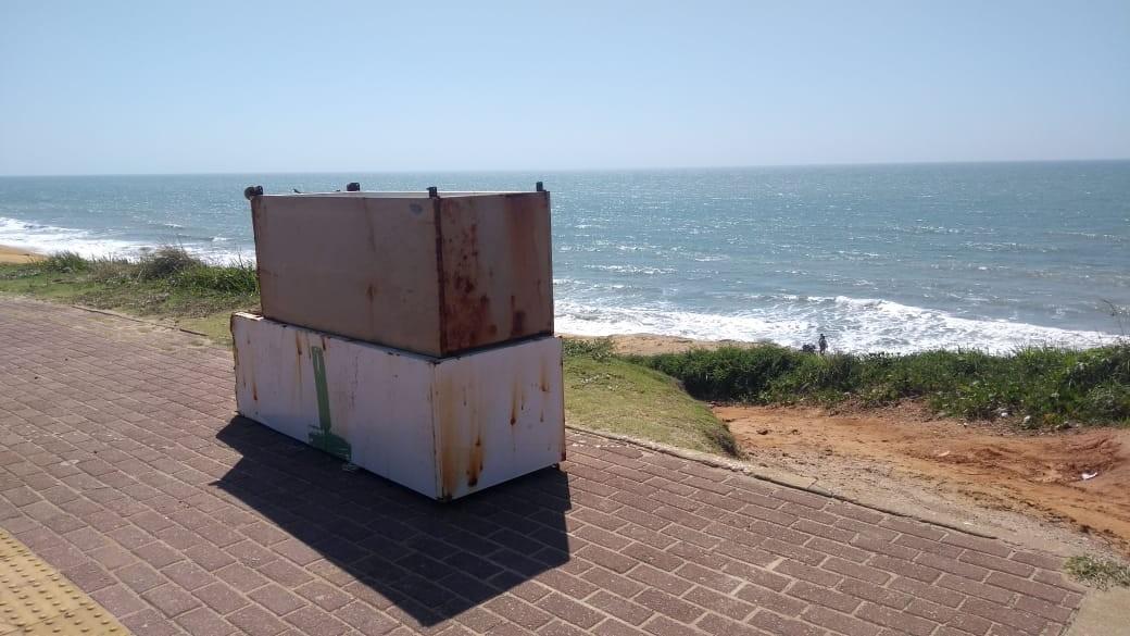 Surfistas encontram duas geladeiras dentro do mar em Natal - Notícias - Plantão Diário