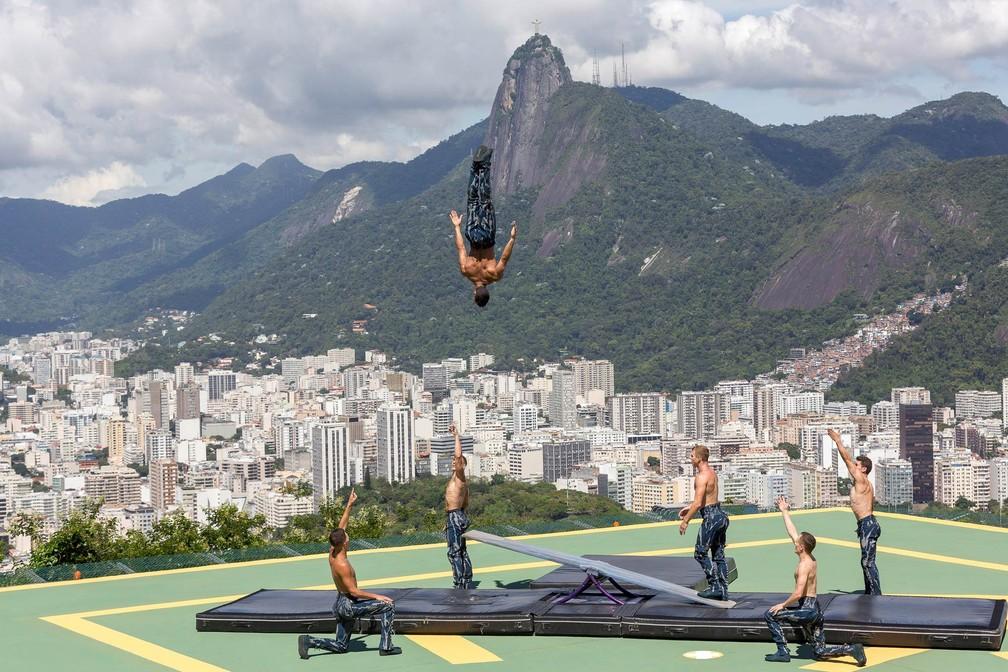10 de janeiro - Acrobatas do Cirque du Soleil fazem apresentação de número que faz parte do espetáculo 'Amaluna' para visitantes do bondinho do Pão de Açúcar, no heliporto do Morro da Urca, no Rio de Janeiro (Foto: Diego Baravelli/Fotoarena/Estadão Conteúdo)