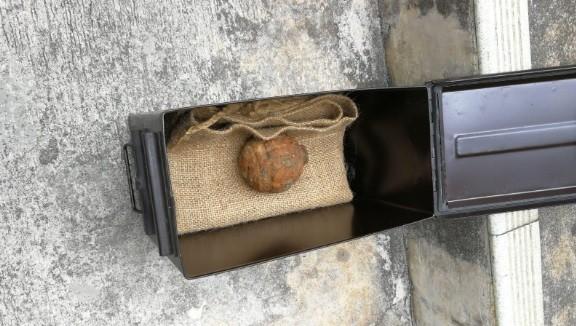 Granada encontrada em carregamento de batatas (Foto: Divulgação/Polícia de Hong Kong)