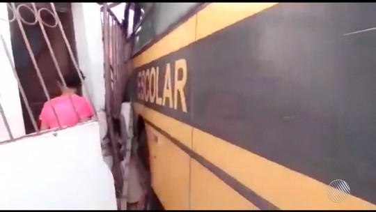Motorista para ônibus escolar em ladeira, freio falha e veículo invade casa na Bahia