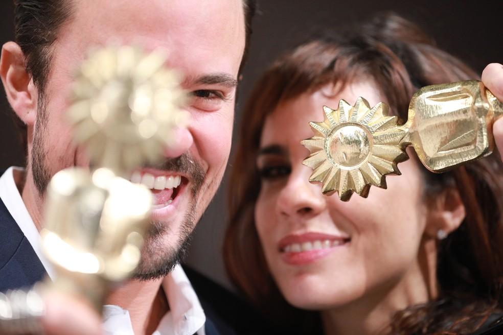 Paulo Vilhena e Maria Ribeiro premiados em Gramado (Foto: Diego Vara / Pressphoto)